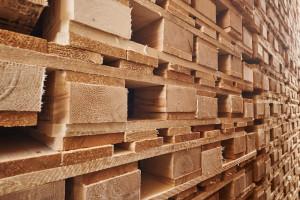 puidust kaubaalused virnas